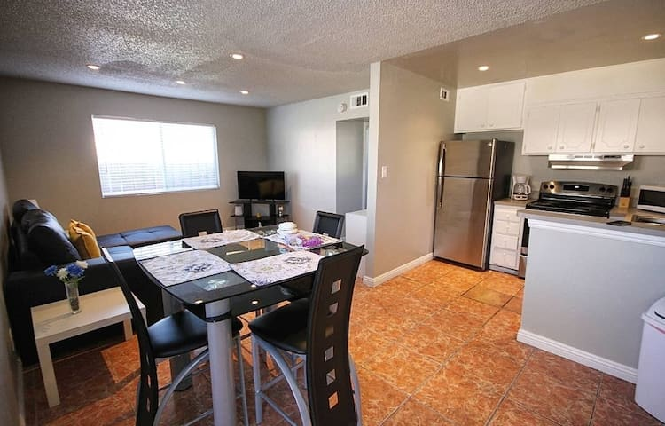 Easily walk to the Vegas Strip,Sleeps 6 guests (2)