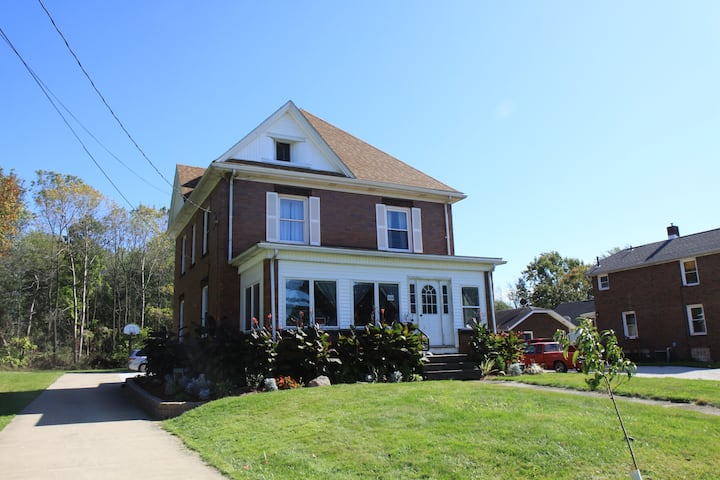 A House Rental in Massillon Whole Home -Sleeps 10!