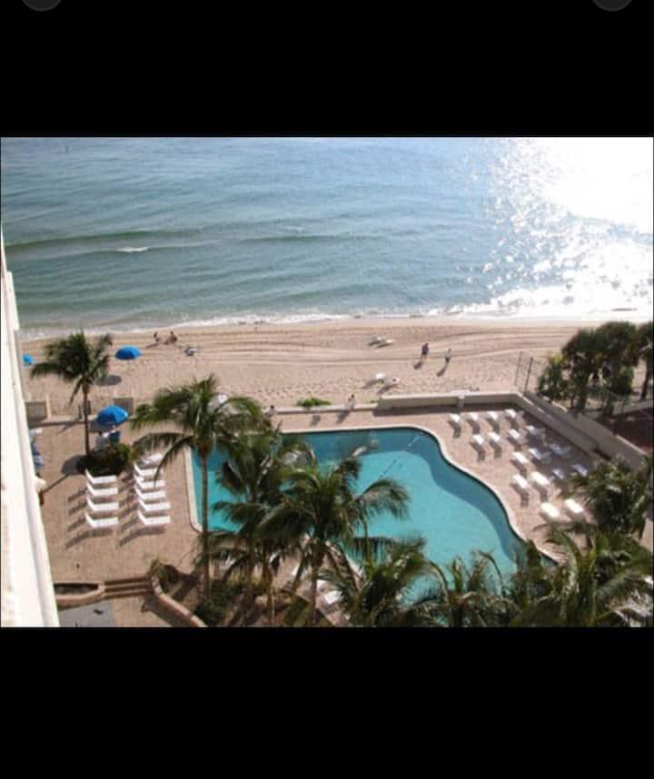 Beachfront & balcony private beach