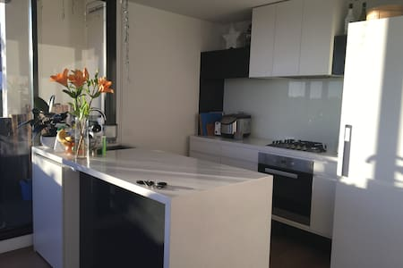Light filled spacious apartment close to the city - South Yarra - Apartmen
