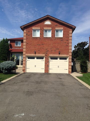 Private Basement Apartment 1 bedrm - 브램턴(Brampton)