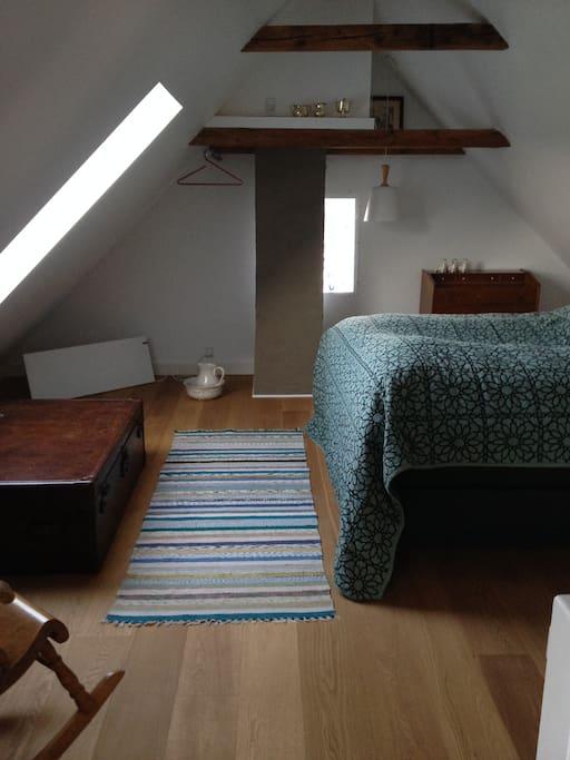 Soverafd. 1.sal- Sengen kan adskilles til 2 enkelt senge!