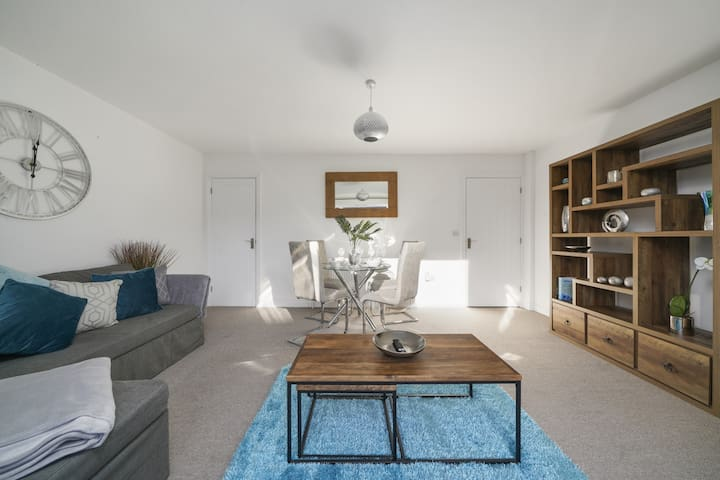 Spacious Canterbury Townhouse & Two Parking Spaces