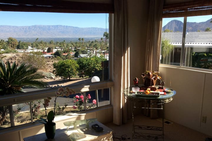 Spectacular VIEWS in South Palm Desert!