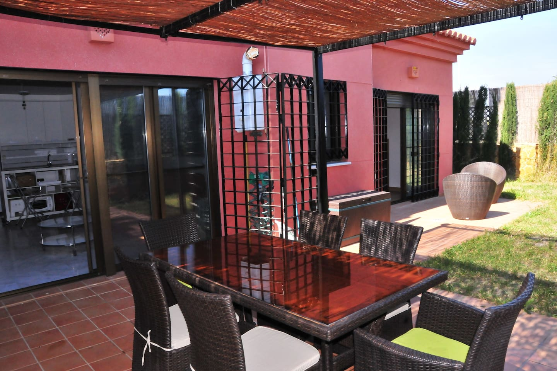 Intima terraza con amplio jardin con solarium.