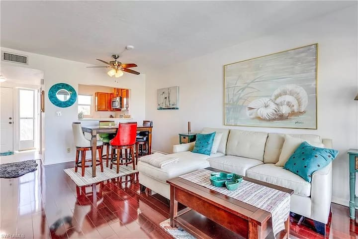 Cozy waterfront condo in heart of Naples