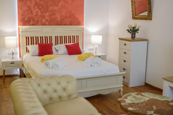 Ultracentral 5* hotel like with 2 deluxe  bedrooms with king beds and separate entrance
