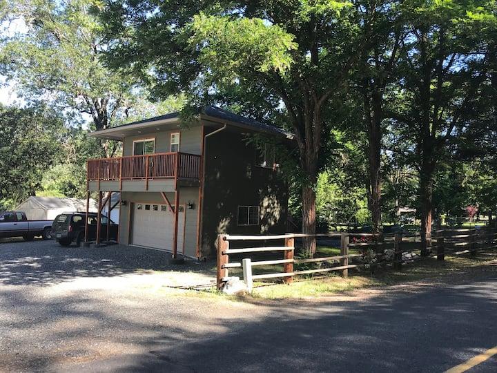 Applegate River Cottage, Jacksonville, Oregon