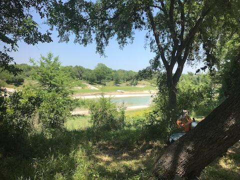 Rural riverside, Treetop cabin on Medina River