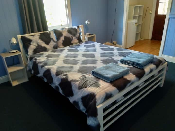 MINTO HOUSE QUEEN BED RM 5: 3 month DISCOUNT!