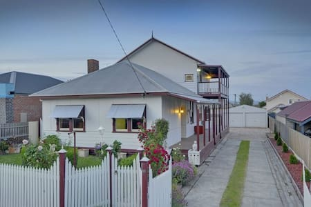 Damacus Rose Lodge B & B Traralgon - Bed & Breakfast