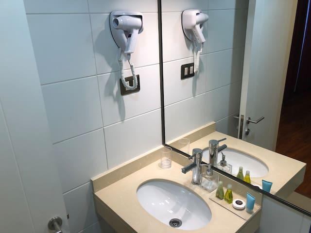 Baño suite- secador pelo y amenities ( jabón, shampoo, bálsamo)