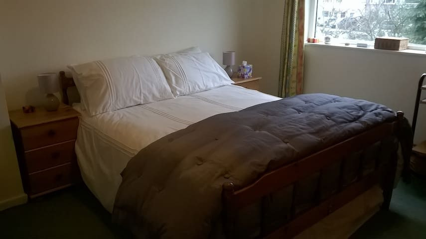 Comfy double bed in the Dales - Otley