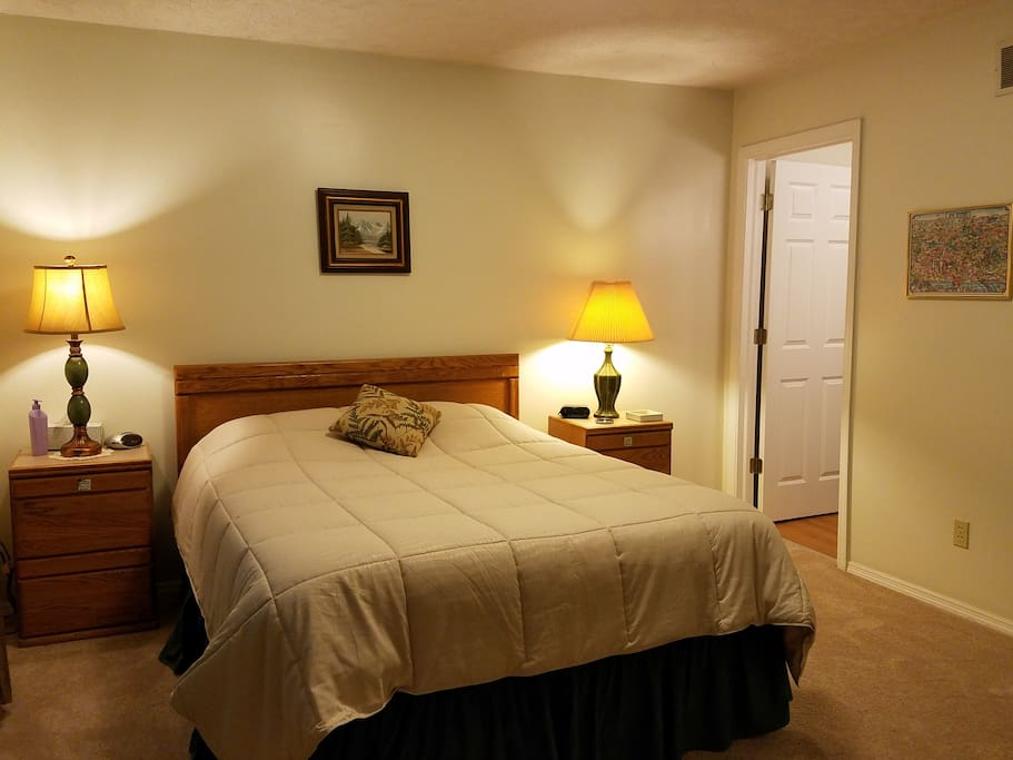 Peaceful, private, comfortable Master with queen bed & en suite bathroom