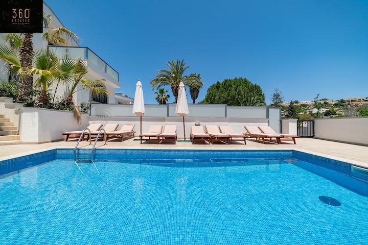 """The Dream Villa' A massive 5Br house with pool ☀️"