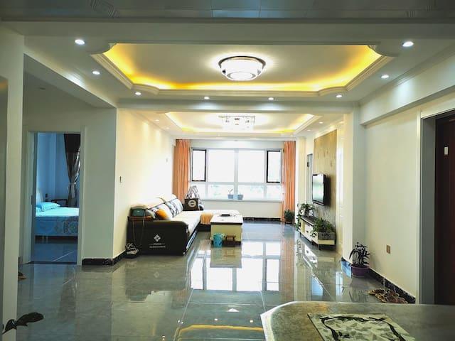 南北通透的开放式客厅,宽敞整洁,能同时容纳20人也不嫌拥挤