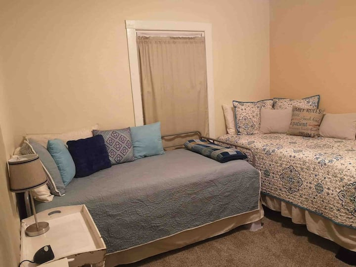 Private Room/Immaculate Home Near Gathering Place