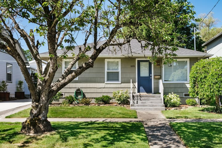 Standalone 1 bedroom, 1 bath newly renovated home on a quiet street just one block walk to main street Newberg.