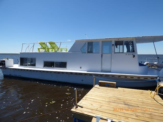 The Houseboat: 2 bed, 1 bath, A/C & Sleeps up to 4