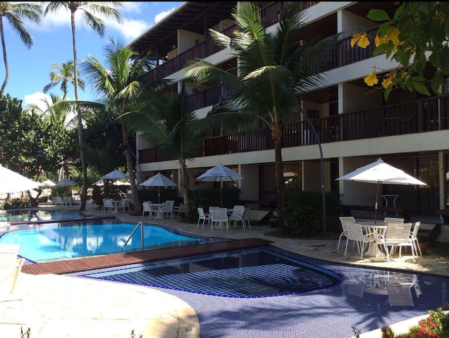 Vista de frente do Flat e piscina próxima a varanda
