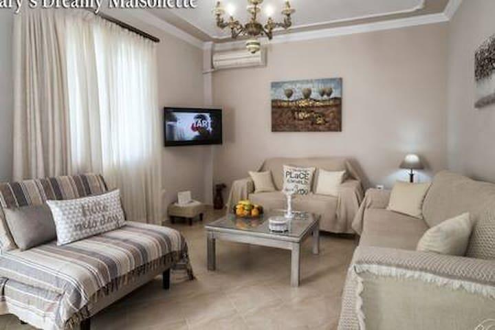 Καθιστικό. Βρίσκεται στο ισόγειο της μονοκατοικίας. Ο τριθέσιος καναπές κοιμίζει ένα άτομο, όπως επίσης και η πολυθρόνα κρεββάτι ακόμη ένα άτομο. Η t v. είναι smart. Ο χώρος διαθέτει κλιματιστικό.