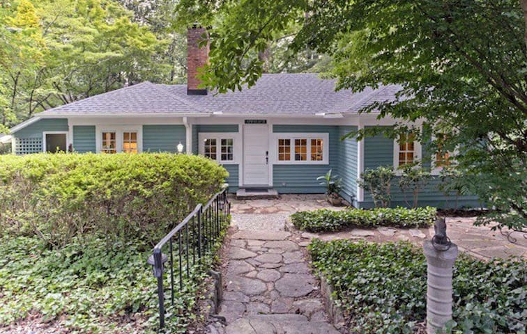 Tryon Historic cottage remodeled/Romantic extras!