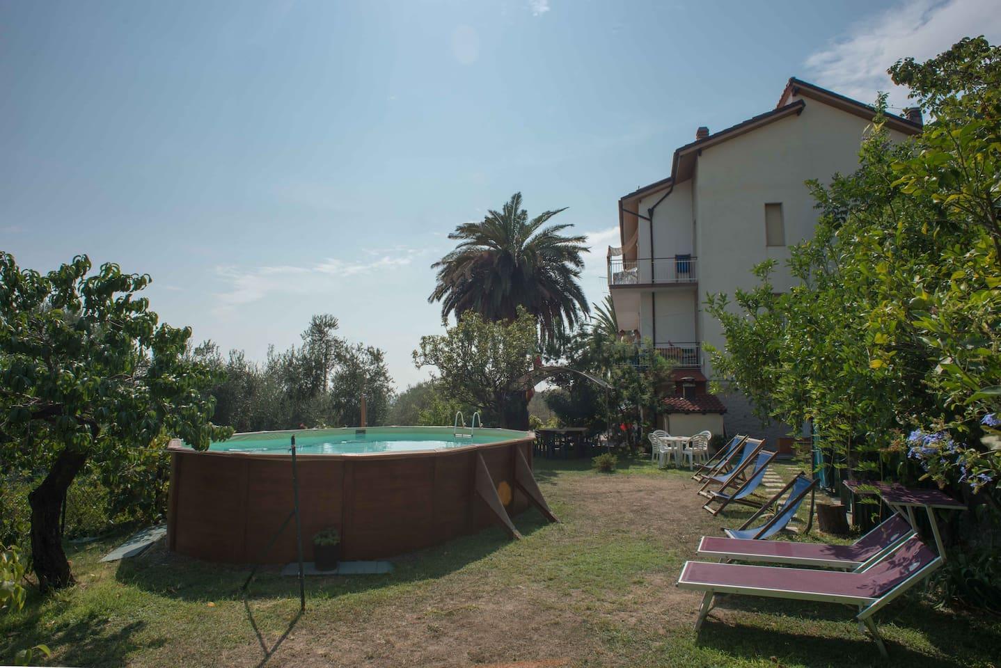 giardino attrezzato con lettini, sdraio, tavoli, sedie