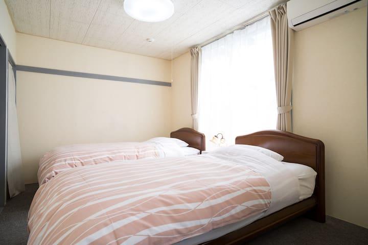 清潔感のある寝室はシングルベッドが2台あります。2台のベッドをくっつければワイドキングになります。