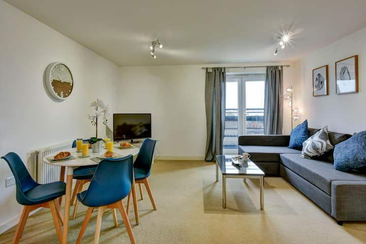 ☆ Awesome 2 bed apartment with FREE PARKING ☆