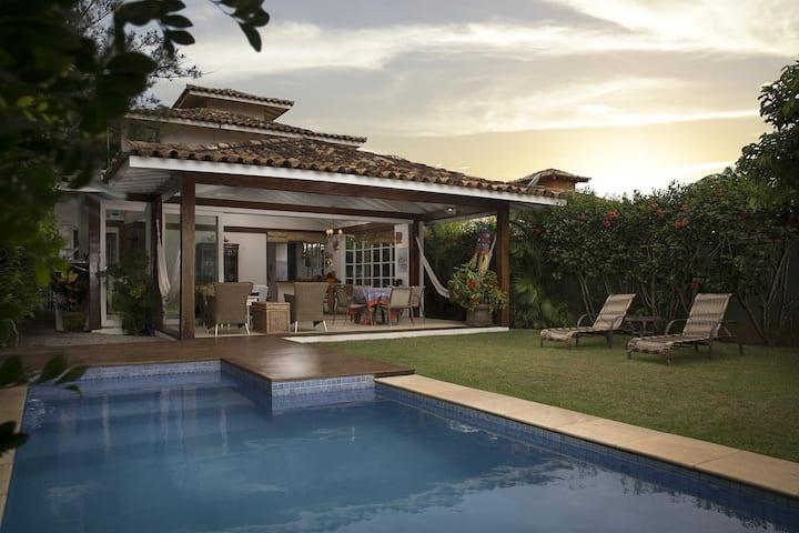 Linda casa com quatro suítes em Condomínio das Velas, localizado na Praia Rasa.