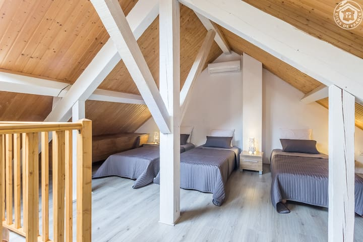 Mezzanine avec 4 lits séparés (équipée d'une climatisation et d'une salle d'eau séparée)