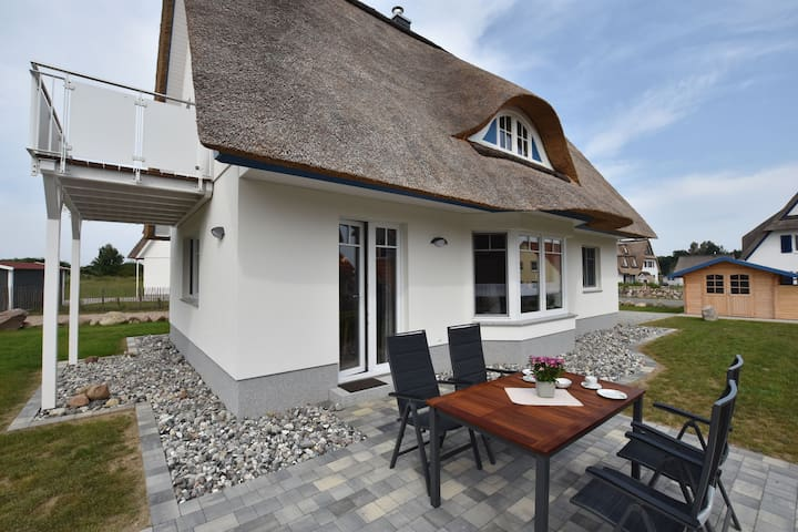 New, cosy thatched-roof holiday home with fireplace