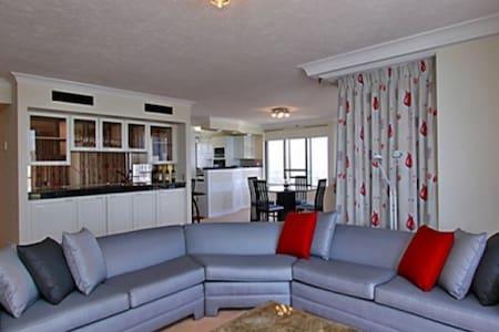 Sub-Penthouse Stunning Ocean Views - 골드 코스트(Gold Coast) - 아파트