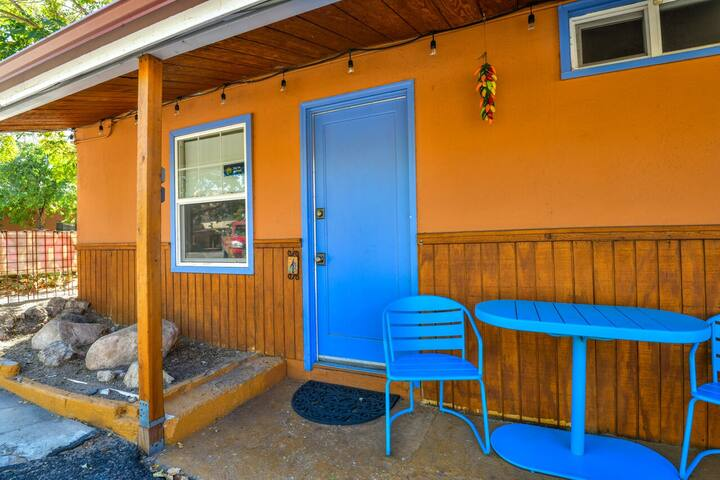 Lodge 1 - Downtown location. Studio with shared hot tub. Minutes to Arches N.P.
