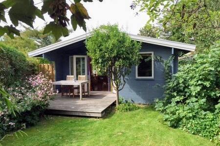 """""""Aan de dijk"""" zonnige Finse bungalow Schoorldam"""