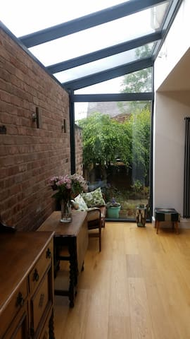 Lovely double bedroom in Hale close to Airport.