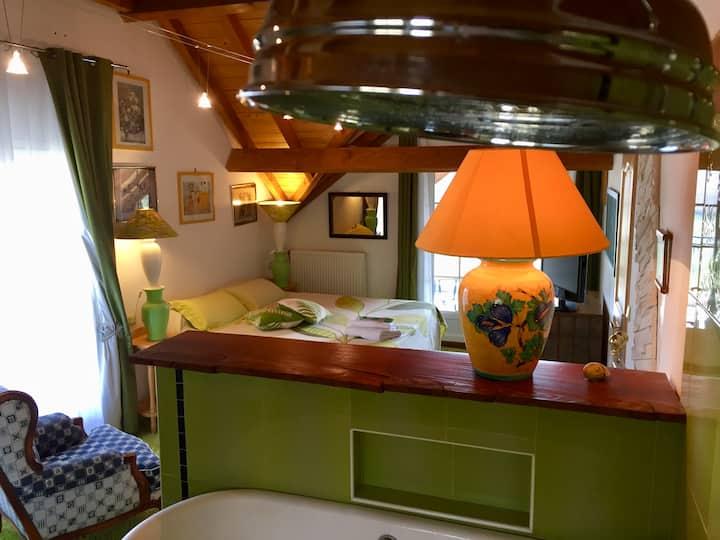 Chambre en Suite verte avec vue panoramique.