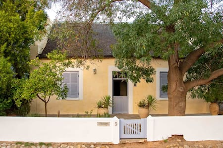 Romantic Sunflower Cottage, Tranquil and Historic
