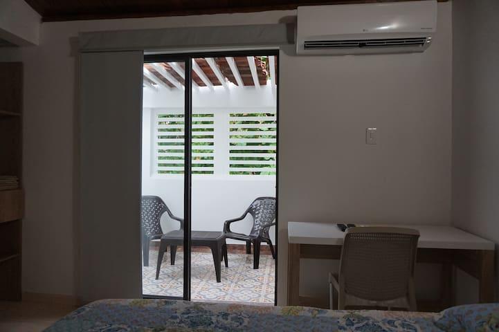 Habitación con aire acondicionado, tv cable, wifi, escritorio terraza y closet.