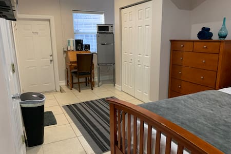 Lrg studio and bathroom near Dolphin mall & FIU