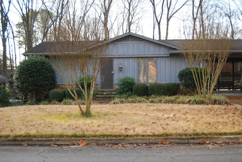 Entire Guest House near Natchez Trace & Starbucks!