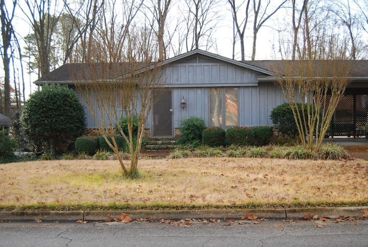 Entire cottage,  near Natchez Trace and Starbucks!