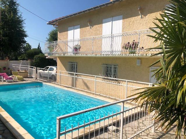 Petit appart au RDC de notre maison avec piscine