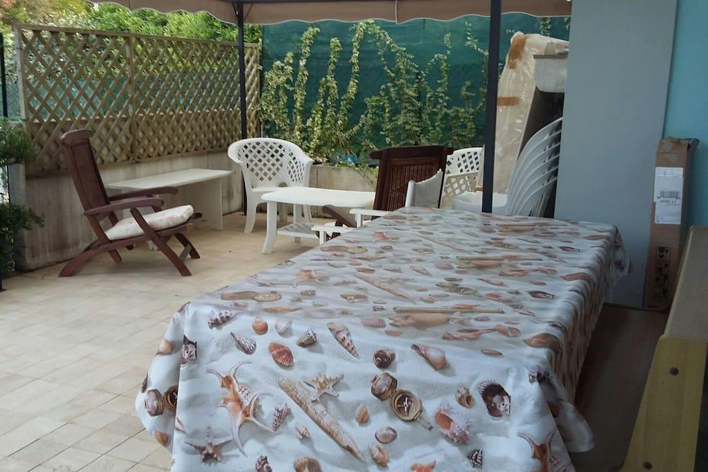 Esterno lato soggiorno con grande tavolo allungabile