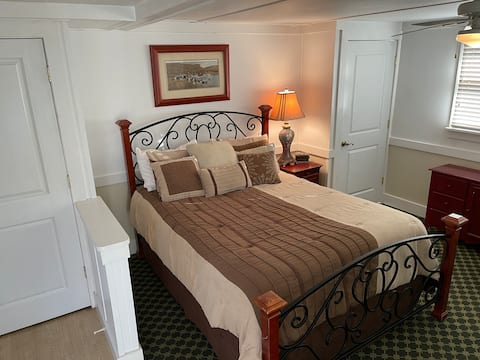 Grandview - Cottage 1B, Queen Bed, Pool, Bay, WIFI