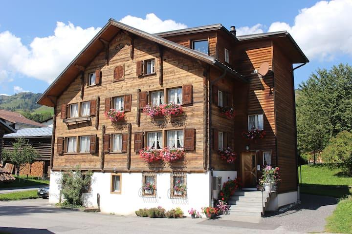 Gemütliche Wohnung im Bergdorf Degen