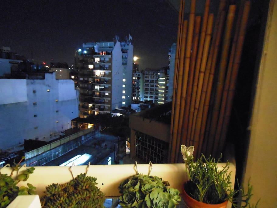Una vista nocturna desde el balcón