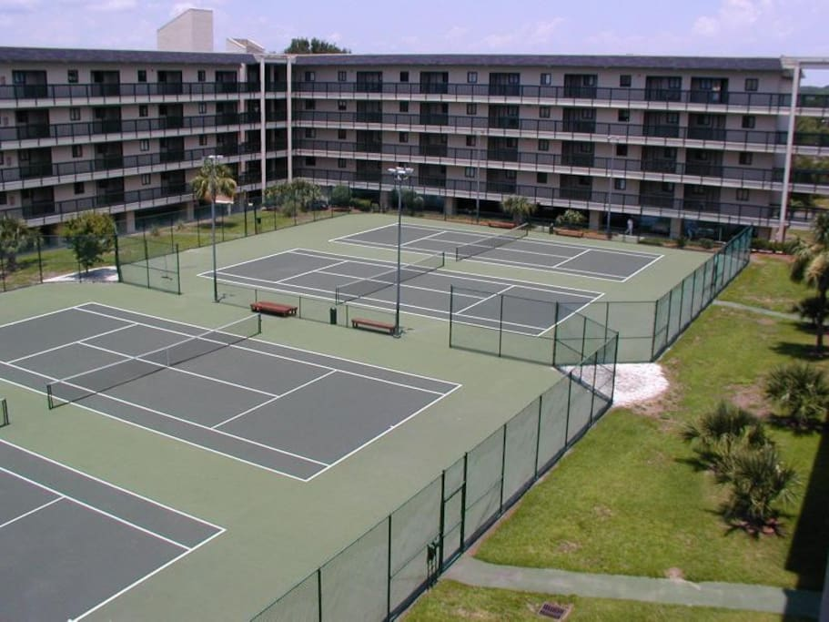 6 Lighted Tennis Courts - FREE!