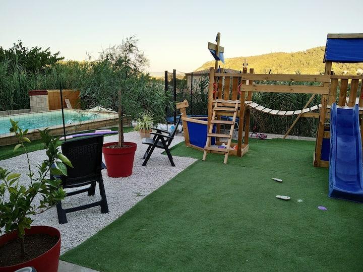 Villa T4 avec piscine, aire de jeux dans le jardin