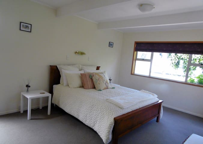 Large Comfortable Bedroom Close to Lake Taupo